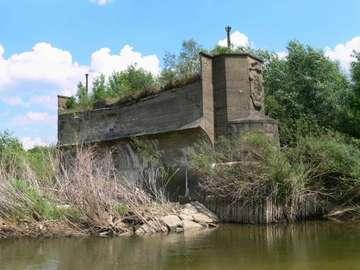 Zasieki-pozostałość mostu - pozostałości po moście w Zasiekach.