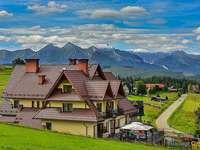 Rekreační dům na pozadí hor