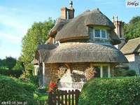 Una casa de lujo en el jardín.
