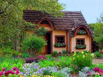 Una casa pequeña, estética. - Una casa pequeña, estética entre flores.