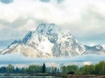 Odbicie wody - Piękny widok, góry, chmury i drzewa.
