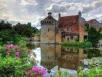 Un castel lângă balta, un tufiș de flori