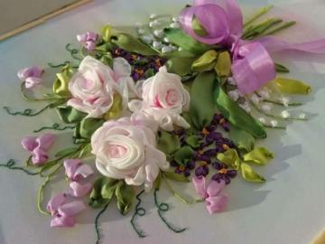 bukiet kwiatów w tymBiałe róże - świeża, pachnąca wiązanka, białe róże