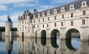Architecture - The Loire Valley extends over a length of 280 km. In 2000, the huge valley area was inscribed on the
