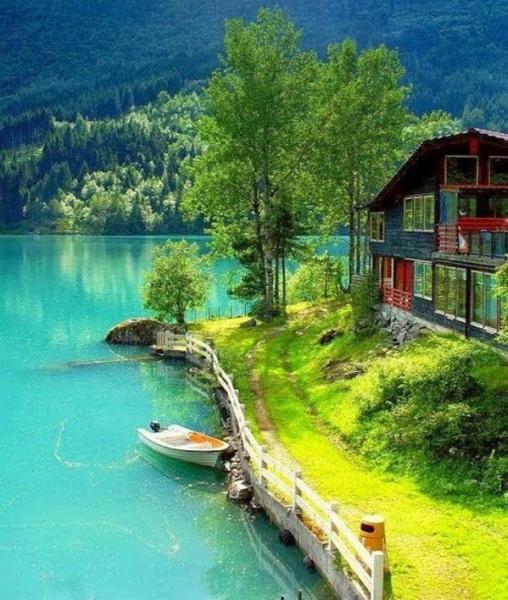 Casa scandinava in riva al mar - I paesi nordici si distinguono tra i paesi del Nord Europa: Islanda, Norvegia, Svezia, Danimarca e F