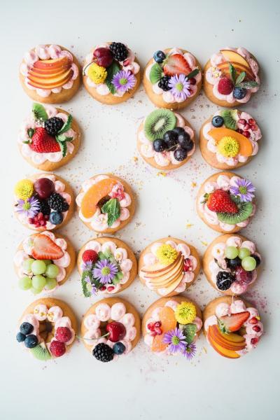 Donut-Party - Donuts halo'ed mit Früchten und Blumen. Was könnte besser sein (8×10)