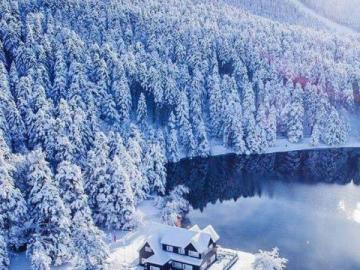 paysage - Maison d'hiver au bord du lac dans la baie