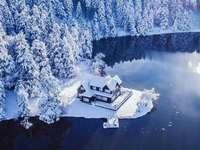 krajina - Dům v zimě u jezera v zátoce