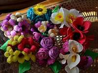 Blommor gjorda av färgat silkespapper - Blommor gjorda av färgat silkespapper