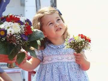 Princesse Charlotte - princesse avec un bouquet de fleurs