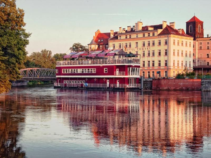 Tumska Lastkahn auf dem Hinter - Tumska Lastkahn auf dem Hintergrund des Hotels. Das historische Tumski Hotel befindet sich auf der I