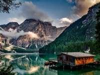 Rybářská chata na jezeře