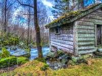 Stary drewniany dom - kolorowa układanka-puzzle