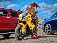 Chica con una moto - rompecabezas de colores