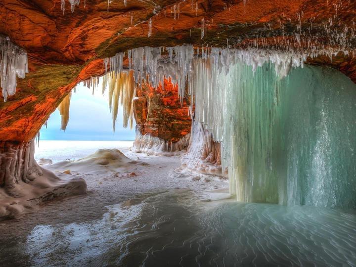 Пещера и лед - Замръзнал водопад в зимните пещери (9×10)