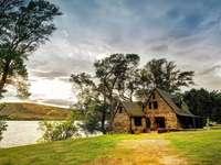 Къща край езерото - пъстър пъзел