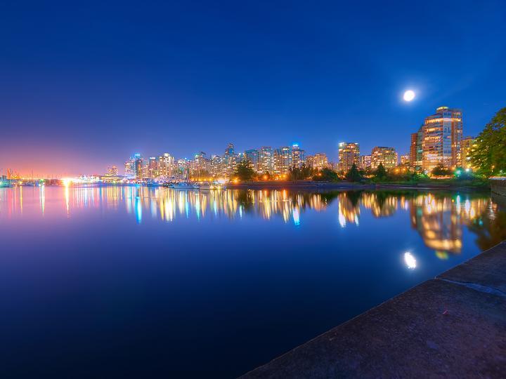 Морски град вечер - Светлина, море, вечер, плаж, небе (9×10)