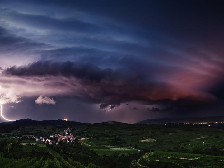Бурзово и тъмни петна - Тъмно небе, буря, безпокойство (10×9)