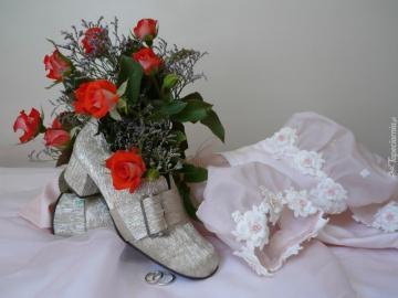 Hochzeiten und Hochzeiten - Trauringe, Rosen und Silberschuhe