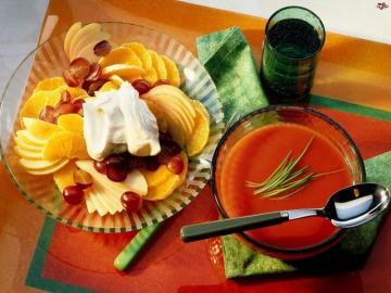 Algo de comer, un plato - frutas en el plato y sopa