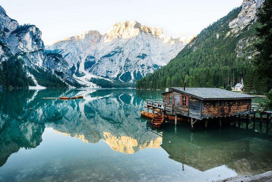 Lago di Braies - Lago di Braies. Lorem ipsum dolor sitzt amet. Malerische Bucht mit einem Häuschen (10×10)