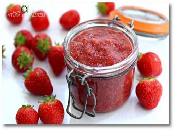 jordgubbssylt - Jordgubbssylt i en öppen burk