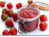 mermelada de fresa - mermelada de fresa en un frasco abierto