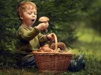 våra små - liten pojke med en korg med svamp