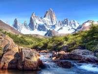 horská krajina - hory, řeka, zasněžené vrcholy