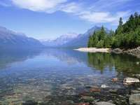 bergslandskap - berg, sjö, träd, vattenyta