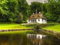 Ett hus vid dammen