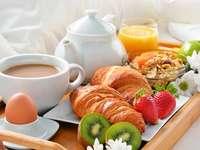 ontbijt op een dienblad - brood, koffie, fruit