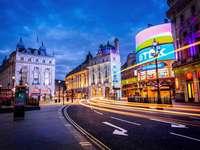 Londen straat - Londen, Piccadilly Circus, nacht. Kleurrijke straat.