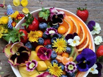 Owoce i kwiaty jadalne - Owoce i kwiaty jadalne na stole