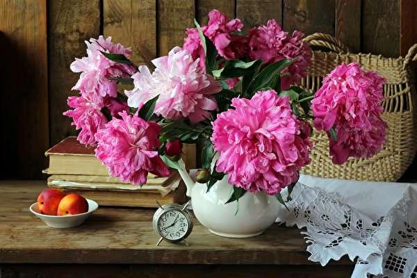 Blumen - Blumen, Uhr, weiße Tischdecke.