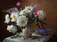 Összetétele virágokkal. - Összetétele virágokkal az asztalon egy terítő.