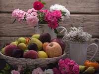Kwiaty i owoce. - Kwiatuszki i owoce w kompozycji.