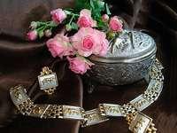 compoziție - Compozitie, trandafiri, farfurie argintie.