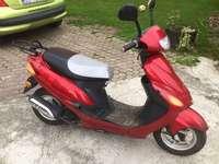 червен скутер