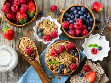 Zdrowo owocowo. - Zdrowe śniadanie z płatkami i owocami.