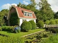 Casa vicino allo stagno - Una casa con un giardino vicino allo stagno.