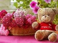 Mackó és virágok