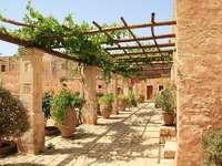 Monastère en Crète. - Patio du monastère en Crète.