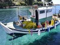 Bateau de pêche - Bateau de pêche dans la mer Egée.