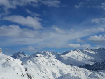 Ośnieżone góry - Ośnieżone góry w słońcu.