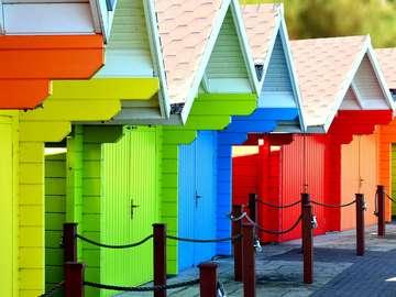 Kleurrijke huizen op het strand. - Kleurrijke huizen op het strand.