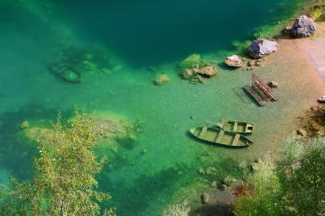 Sunken boats. - The boats sunk in the lake.