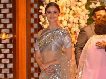 Alia Bhatt - Alia en sari en la gala.