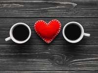 Tasses et coeurs - Tasses et coeurs sur la table. Une idée pour la Saint Valentin.