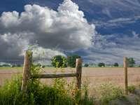 Бурни облаци. -  Бурни облаци над полето.